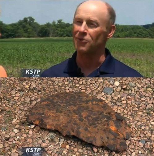 10억년 전 운석으로 추정되는 돌(아래)을 발견한 브루스 릴리엔탈(위).cialis coupon cialis coupon cialis coupon