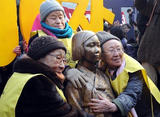 일본군 위안부 수요집회 1000일을 맞아 소녀상과 함께한 위안부 할머니들. ⓒ여성신문