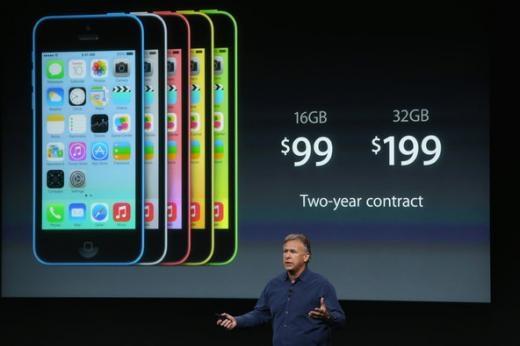 필 쉴러 애플 수석부사장이 아이폰5C를 발표하고 있다.  (사진 출처=더버지캡처)