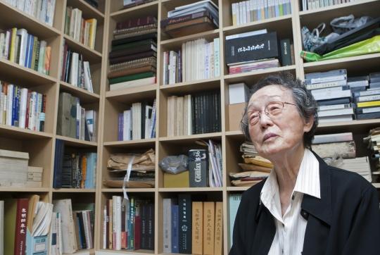 한국과 일본 학자들의 정신대 문제 연구서로 가득 찬 서재에 앉은 윤정옥 박사. 구순을 목전에 둔 지금도 그의 연구 열정은 여전하다. ⓒ이정실 여성신문 사진기자