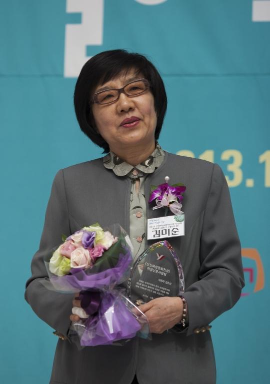 신진여성문화인상을 수상한 지휘자 김은선씨를 대신해 어머니 김미순씨가 수상했다.prescription drug discount cards site cialis trial coupon