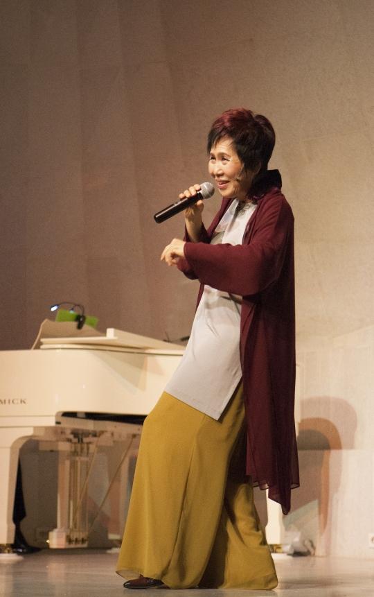 낭독 콘서트 '11월의 왈츠'를 열연 중인 연극인 박정자씨. ⓒ이정실 여성신문 사진기자