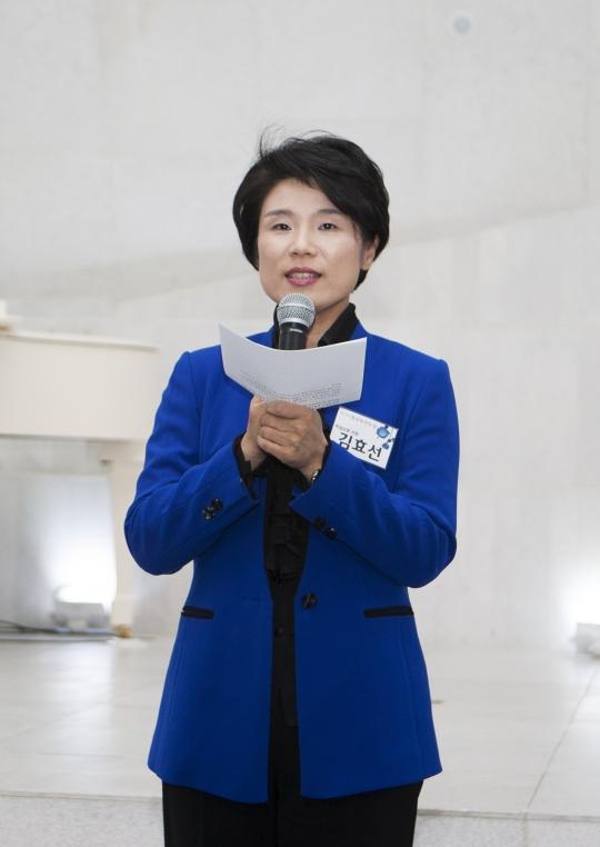 행사에 참석한 독자들에게 감사의 마음을 전하고 있는 김효선 발행인. ⓒ이정실 여성신문 사진기자