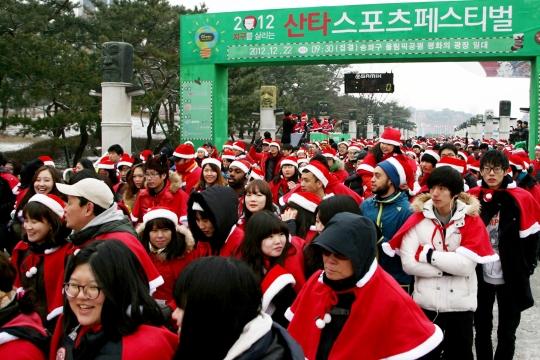 지난해 12월 22일 서울 송파구 올림픽공원에서 열린 '2012 산타스포츠페스티벌'에서 참가자들이 출발하고 있다.cialis coupon free   cialis trial coupon