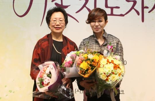 서은경 여성문화네트워크 대표(좌측)와 김수정 한국입양어린이합창단 단장 ⓒ이정실 여성신문 사진기자