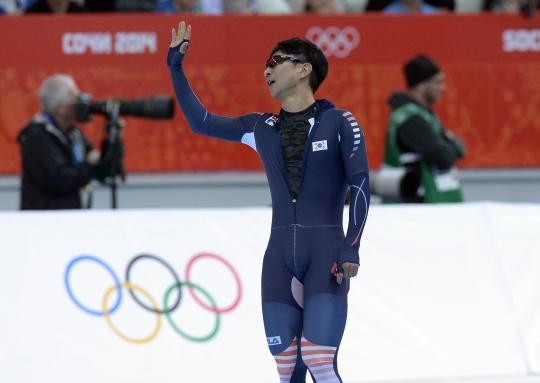 오는 19일 방송되는 SBS 힐링캠프에 출연하는 이규혁 선수. 2014 소치 동계올림픽 스피드스케이팅 남자 1000m 레이스를 마친 이규혁 선수가 관중석을 향해 손을 흔들며 인사를 하고 있다.