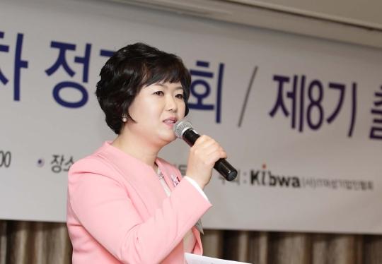 IT여성기업인협회는 지난 20일 오후 서울 서초구 양재동 엘타워에서 열린 제14차 정기총회 및 제8기 출범식에서 재선임된 김현주 회장이 취임사를 하고 있다. ⓒIT여성기업인협회·뉴시스