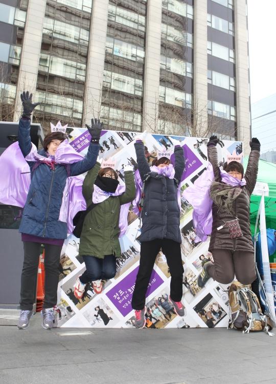8일 오후 서울 종로구 청계광장에서 열린 3·8 세계 여성의 날 기념 한국여성대회에 참여한 여성들이 힘차게 뛰어오르고 있다. ⓒ이정실 여성신문 사진기자