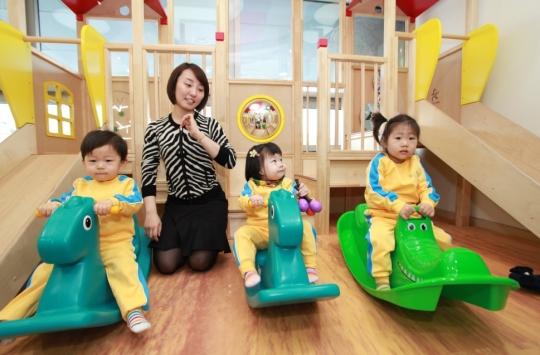 LG광화문빌딩 어린이집에서 어린이들이 놀이를 통한 교구활동을 하고 있다. ⓒLG