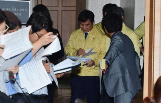 강병규 안전행정부 장관이 세월호 침몰사고 관련 상황보고를 하러 들어오고 있다. ⓒ뉴시스·여성신문