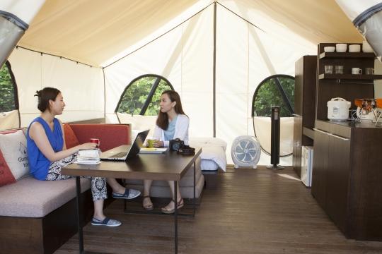카바나 텐트 안의 모습. 선풍기, 냉장고, 보온밥송부터 침대와 소파가 구비돼 있다. 텐트 안에 짐을 풀고 차를 마시며 친구와 담소를 나누었다.sumatriptan patch http://sumatriptannow.com/patch sumatriptan patch