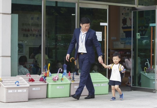 서울 여의도 국회에서 근무하는 이현주 씨가 25일 오후 5시 국회제2어린이집에서 아들 이한솔 군을 하원시키고 있다.abortion pill abortion pill abortion pill