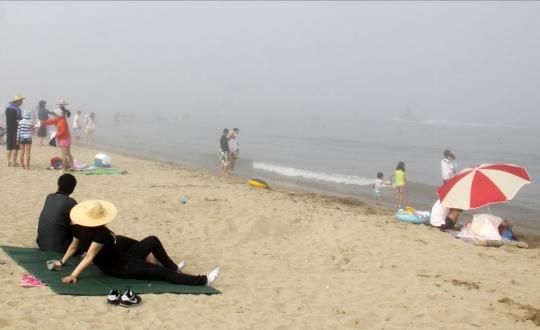 1970년대 이후의 해수욕장은 남녀의 육체적 접촉 가능성을 '상상'하는 공간으로 상정됐다. 사진은 지난 2011년 7월 울산 진하해수욕장 모래사장에 있는 다양한 남녀 모습. ⓒ뉴시스·여성신문