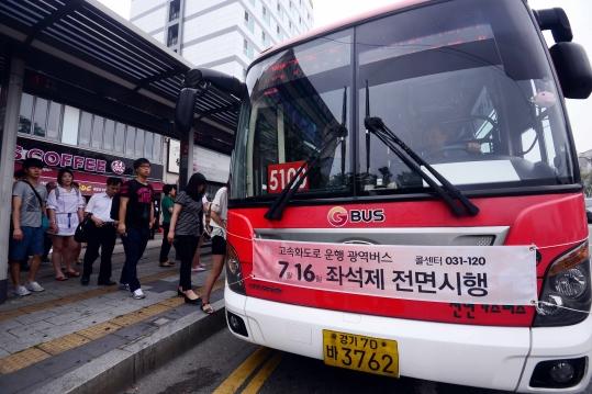 16일 광역버스 입석 금지 조치가 전면 시행됐다 ⓒ뉴시스‧여성신문