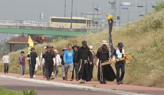 순례단이 공주시외버스터미널 앞 금강 둔치공원으로 들어가고 있다.