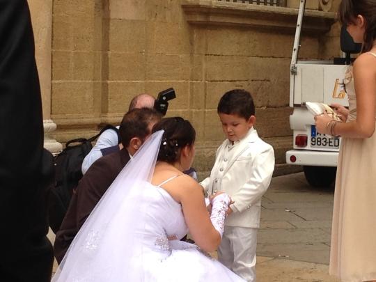 파리시청에서 결혼식을 올린 커플이 기념촬영을 하고 있다. 프랑스의 커플 가운데 70% 이상은 동거 후 결혼을 선택한다. ⓒ변화순 팸라이프가족연구소 소장