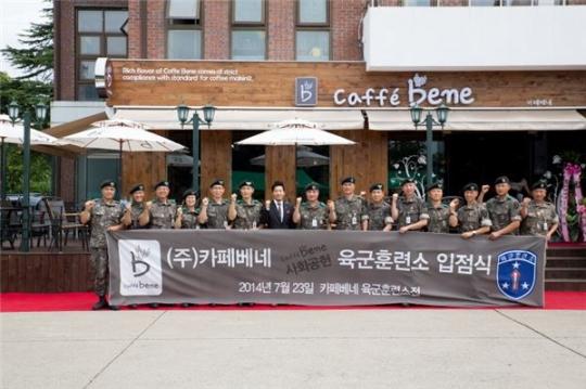 지난 23일 카페베네 육군훈련소 입점식에 참석한 육군훈련소 김규하 소장(왼쪽에서 여덟번째)과 김선권 카페베네 대표(왼쪽에서 일곱번째)가 기념사진을 촬영하고 있다. ⓒ카페베네 제공
