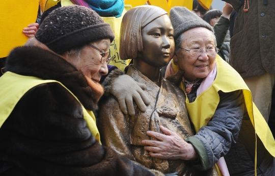 지난 1000회 수요시위에서 위안부 할머니들이 소년상을 안고 있다.