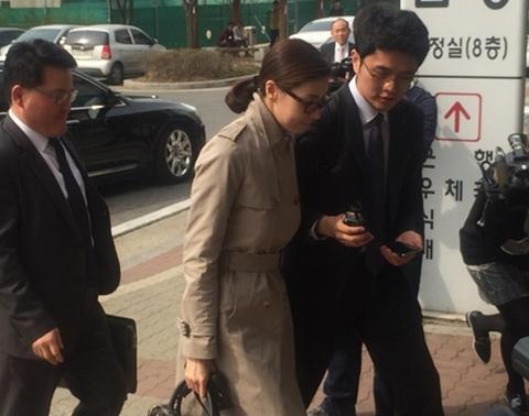 성현아 유죄 판결 / 배우 성현아(39)씨가 3월 31일 변호사와 함께 수원지법 안산지원 법정으로 들어서고 있다. ⓒ뉴시스·여성신문