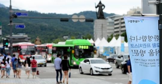 광화문 단계적 교통 통제 / 10일 오후 서울 종로구 세종로 부근에 교황 방한 관련 광화문 시복식을 알리는 현수막이 걸려있다.