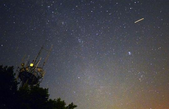 페르세우스 유성우란 / 2013년 8월 12일 새벽 강원 영월군 별마로천문대에서 바라본 하늘에 페르세우스 유성우가 관측되고 있다. ⓒ뉴시스·여성신문