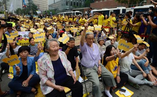 13일 오후 서울 종로구 주한일본대사관 앞에서 열린 제1139차 수요시위에서 김복동, 길원옥 할머니를 비롯한 참석자들이 일본 정부의 공식 사죄를 촉구하고 있다. ⓒ뉴시스·여성신문