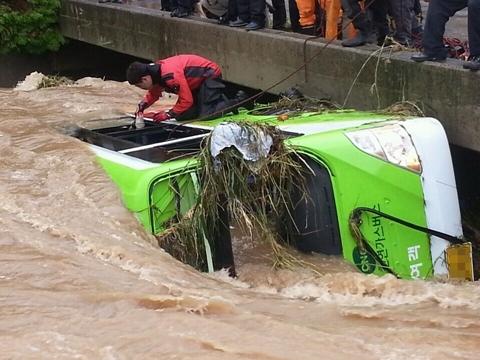 5명 사망 5명 실종 / 25일 오후 2시50분께 경남 창원시 마산합포구 진동면에서 시내버스가 불어난 물에 휩쓸려 사동교 아래에 빠졌다. ⓒ뉴시스·여성신문