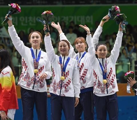 24일 열린 2014 인천아시안게임 펜싱 여자 플뢰레 단체전 결승전에서 금메달을 획득한 한국 선수들이 관중들에게 인사를 하고 있다. ⓒ뉴시스·여성신문