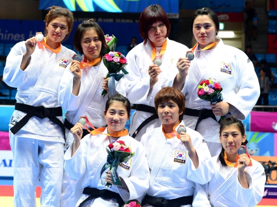 23일 오후 인천 도원체육관에서 열린 2014 인천아시안게임 유도 여자 단체전 결승전 경기에서 은메달을 획득한 한국 선수들이 기념촬영을 하고 있다. ⓒ뉴시스·여성신문