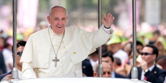 프란치스코 교황이 16일 오전 윤지충 바오로와 동료 123위 시복 미사를 집전하기 위해 광화문까지 차량 퍼레이드를 하며 신자와 시민들에게 손을 흔들어 인사를 하고 있다. ⓒ뉴시스