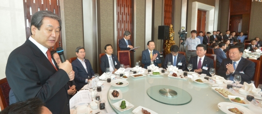 중국을 방문중인 김무성 새누리당 대표가 16일 오후 중국 상하이 미래에셋 빌딩에서 교민 및 기업인들과 간담회를 하고 있다. ⓒ뉴시스·여성신문