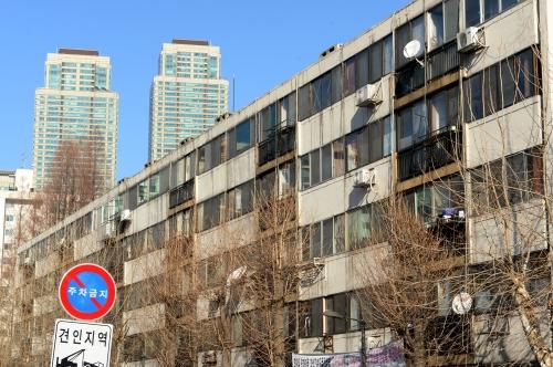 국회가 지난해 12월 재건축 규제 완화를 담은 부동산 3법을 처리하면서 강남권 아파트들이 수혜자로 떠올랐다. 사진은 서울 개포주공1단지.