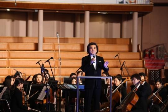 지휘자 함신익이 8일 서울 여의도동에 위치한 여의도순복음교회에서 열린 신년 가족 힐링 콘서트에서 클래식 곡을 설명하고 있다. ⓒ여의도순복음교회