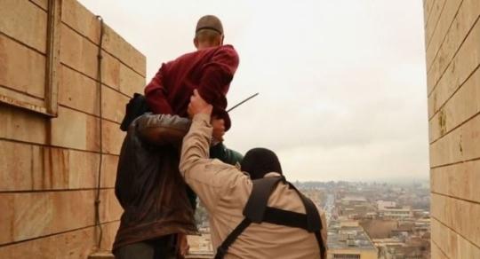 IS 조직원으로 추정되는 이들이 두 손을 결박당하고 눈이 가려진 한 남성을 높은 빌딩에서 떠미려는 장면. IS 측은 이 남성이 동성애자라는 이유로 처형했다고 밝혔다. ⓒIS
