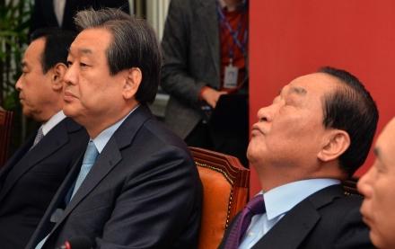 새누리당 서청원 최고위원(오른쪽)이 1월 12일 당대표실에서 열린 최고위원회의에서 고개를 젖힌 채 생각에 잠겨있고 그 옆에 김무성 대표가 앉아있다. ⓒ뉴시스·여성신문