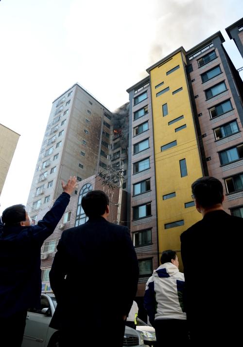 1월 10일 경기 의정부시 의정부동 대봉그린아파트에서 시작된 불이 번지며 큰 화재로 이어져 소방당국이 진화작업을 하고 있다. ⓒ뉴시스·여성신문