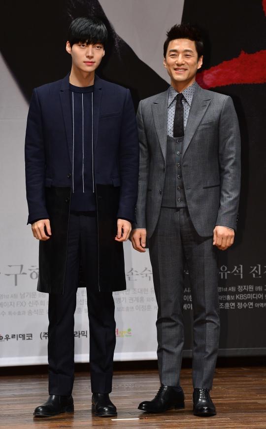 오는 16일 첫 방송되는 드라마 블러드의 제작발표회. 배우 지진희(오른쪽)와 안재현(왼쪽)