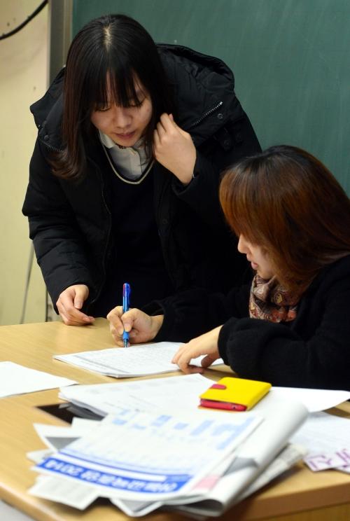 여성 교원은 80%이지만 의사결정직에 오른 여성은 적다. 사진에서 고3 수험생이 2013년 11월 수능 후 안국동 풍문여자고등학교에서 담임 선생님과 진학상담을 하고 있다. ⓒ뉴시스·여성신문