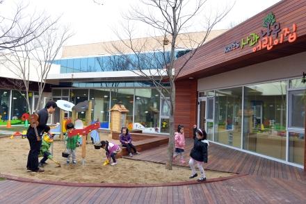 한국표준과학연구원이 개설한 'KRISS 사과나무 어린이집'에서 어린이들이 놀고 있다. 이 어린이집은 대덕연구단지 1호 '직장 어린이집'이다.