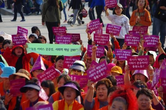 전국가정관리사협회 회원들이 지난해 10월 서울 광화문광장에서 열린 전국돌봄여성노동자한마당에서 돌봄서비스의 공공성 강화를 촉구하는 시위를 하고 있다. ⓒ전국가정관리사협회