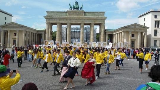 지난해 유럽평화기행단이 독일 베를린의 브란덴부르크 문 앞에서 플래시몹을 선보이고 있다.cialis coupon cialis coupon cialis coupon