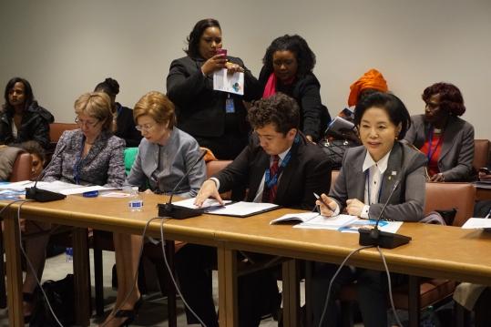 류지영(앞줄 맨 오른쪽) 새누리당 의원이 유엔 CSW 기간 중 열린 전시 성폭력 부대행사에서 발언하고 있다.abortion pill abortion pill abortion pill