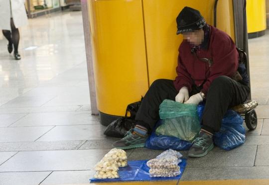 26일 서울 동대문의 지하철역에서 한 여성이 마늘을 팔고 있다. ⓒ이정실 여성신문 사진기자