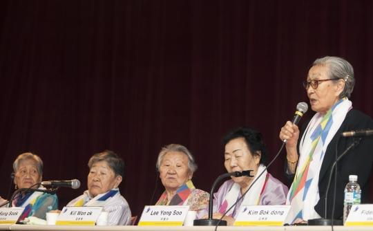 22일 오전 서울 동작구 대방동 서울여성플라자에서 열린 제13차 일본군 위안부 문제해결을 위한 아시아연대회의에서 일본군위안부 피해자 길원옥 할머니(오른쪽)가 발언하고 있다.