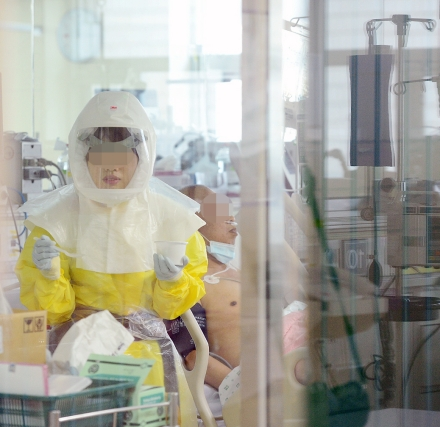 서울 중구 국립중앙의료원 음압시설이 갖춰진 중환자실에서 의료진이 메르스 환자를 돌보고 있다. ⓒ뉴시스ㆍ여성신문
