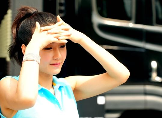 서울 용산구 아이파크몰 광장에서 모델로 나선 한 여인이 따가운 햇살을 손으로 가리고 있다. ⓒ뉴시스·여성신문