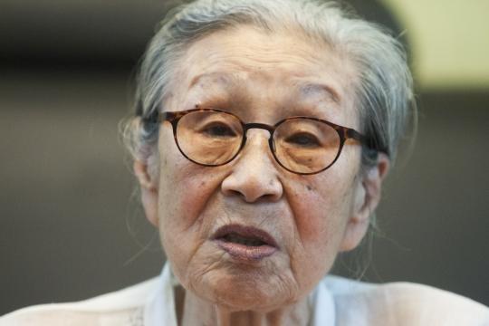 """김복동 할머니는 여성신문과의 인터뷰에서 """"8년 동안 몇 번을 죽을라고도 했는데 괜히 몸만 상하고…""""라며 채 말을 잇지 못했다. ⓒ이정실 여성신문 사진기자"""