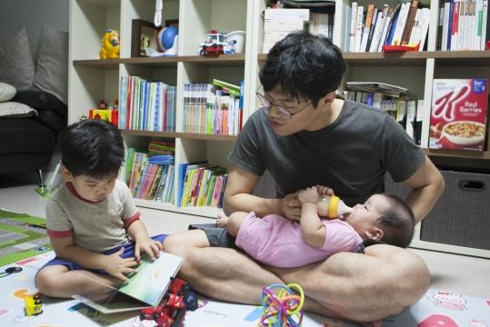 자녀 양육에 동참하는 남성들이 늘고 있다. 지난 18일 저녁 두 아이를 둔 아빠 유판영 씨가 퇴근 후 아이들을 돌보고 있다. ⓒ이정실 여성신문 사진기자