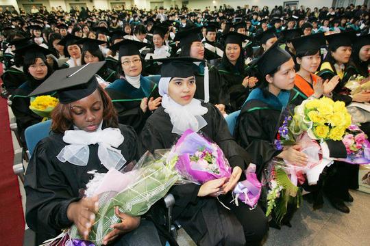 다양한 나라에서 유학온 학생들이 졸업행사에 참여하고 있다.cialis coupon free   cialis trial coupon