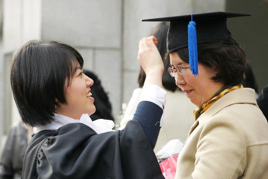 한 졸업생이 고생한 어머니께 학사모를 씌워드리고 있다. ⓒ정대웅 / 여성신문 사진기자 asrai@womennews.co.kr